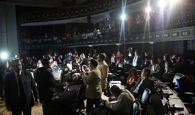 Parlamento debate suspensión del revocatorio presidencial