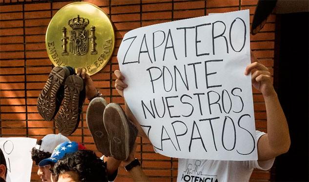 Estudiantes protestaron en embajada de España para exigir resultados del diálogo