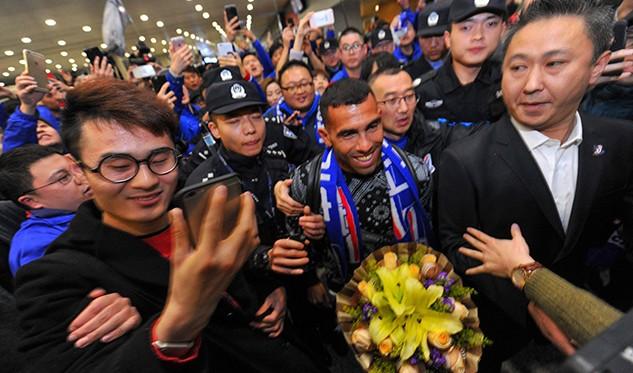 La distendida presentación de Carlos Tevez en China: