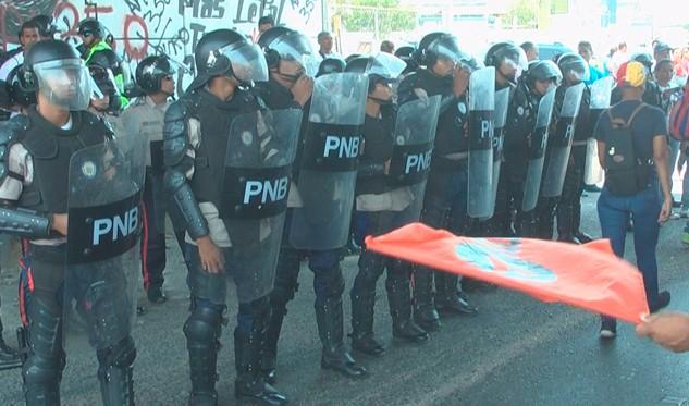 Opositores retienen a policías para pedir