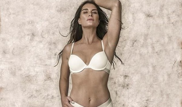 Brooke Shields posa en lencería a los 52 años