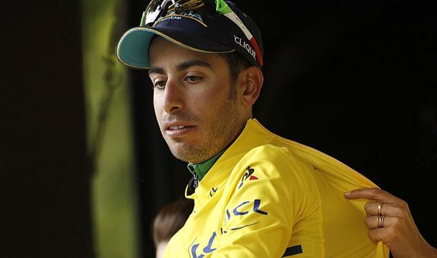 El ciclista italiano Fabio Aru del Astana celebra mantener el maillot amarillo del liderato en el podio
