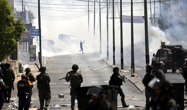 Las tropas israelíes intentan dispersar a los manifestantes palestinos