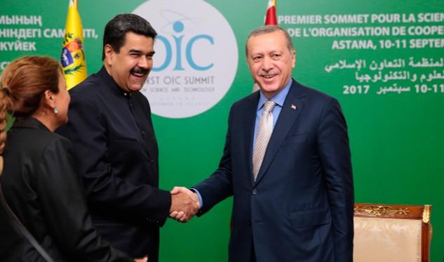 Presidente Maduro es recibido en Argelia en su paso hacia Kazajistán