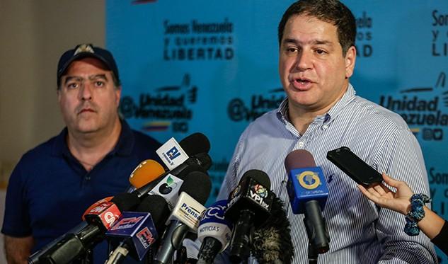 El diputado Luis Florido habla durante una rueda de prensa junto al presidente de la Asamblea Nacional el diputado Julio Borges