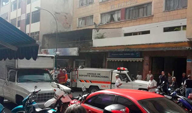 Tres menores afectados en incendio de edificio ubicado en casco de Chacao