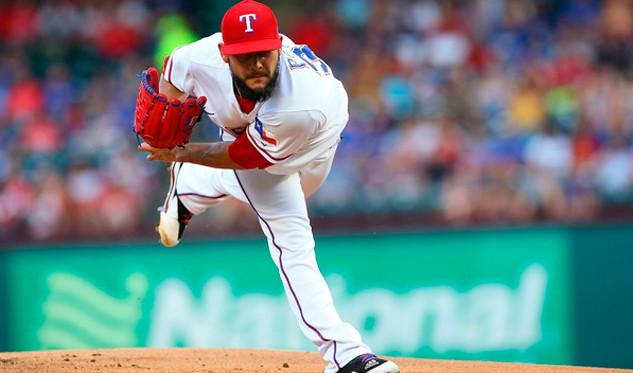 El lanzador zurdo Martín Pérez se queda en Texas